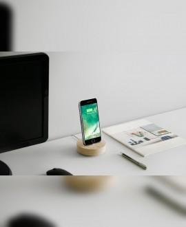Дерев'яна зарядна станція для смартфону